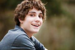 Nahaufnahme eines glücklichen jugendlich Jungen lizenzfreies stockfoto