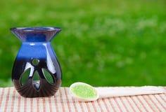 Nahaufnahme eines grünen Badesalzes und der Kerze lizenzfreie stockfotos