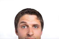 Nahaufnahme eines Grüns musterte den Mann, der Augenbraue hochzieht stockbilder