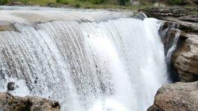 Nahaufnahme eines großen Wasserfalls stock video footage