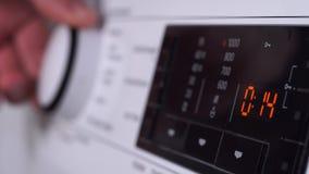 Nahaufnahme eines Handdrehenknopfes der Frauen-s der Waschmaschine stock footage