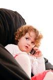 Nahaufnahme eines Holdingtelefons des kleinen Mädchens stockfotos