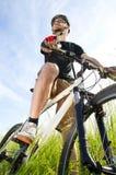 Nahaufnahme eines jungen Radfahrers stockfotografie