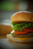 Nahaufnahme eines Käseburgers Lizenzfreie Stockfotos