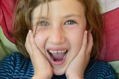 Nahaufnahme eines Kindergesichtslächelns Stockbilder