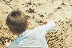 Nahaufnahme eines Kindes, das im Sand auf dem Strand spielt Stockfoto