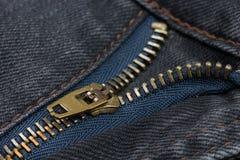 Nahaufnahme eines kupferne Farbreißverschlusses mit schwarzen Jeans Lizenzfreie Stockfotografie