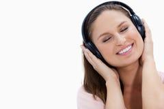 Nahaufnahme eines lächelnden Mädchens, das Musik hört stockfotos