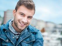 Nahaufnahme eines Lächelns des jungen Mannes Lachende männliche Person Lizenzfreies Stockfoto