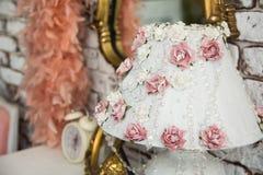 Nahaufnahme eines Lampenschirms mit rosa Rosen Lizenzfreie Stockfotos