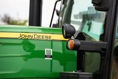 Nahaufnahme eines landwirtschaftlichen Traktors durch John Deere Lizenzfreie Stockfotografie