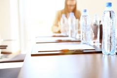 Nahaufnahme eines leeren Konferenzsaales bevor dem Treffen Lizenzfreie Stockfotografie