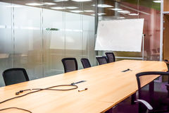 Nahaufnahme eines leeren Konferenzsaales nachdem dem Treffen Stockfotografie