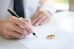 Nahaufnahme eines Mann unterzeichnenden Vertrages oder der vorehelichen Vereinbarung, filli stockbild