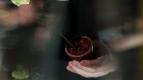 Nahaufnahme eines Mannes, der Fruchttabak in einer Schüssel für eine Huka in einer Stange zubereitet stock footage