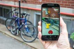 Nahaufnahme eines Mannes, der Pokemon spielt, gehen Stockfotos