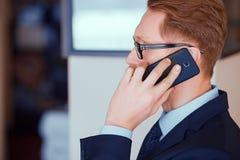 Nahaufnahme eines Mannes, der am Telefon spricht lizenzfreie stockfotografie