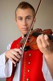 Nahaufnahme eines Mannes, der Violine spielt Lizenzfreies Stockfoto