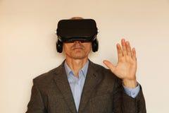 Nahaufnahme eines Mannes in einer Klage mit Gläsern virtueller Realität lizenzfreies stockfoto