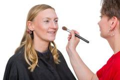 Nahaufnahme eines Maskenbildners, der Make-up anwendet Lizenzfreies Stockfoto