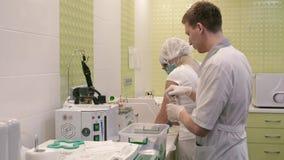 Nahaufnahme eines Mitgliedes des medizinischen Labors Ein junger Mann bereitet Ausrüstung für bevorstehende Verfahren vor stock video