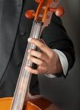 Musiker, der das Cello spielt   Stockfotografie