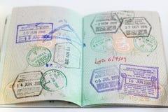 Nahaufnahme eines offenen Passes mit Stempeln stockbilder