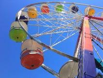 Nahaufnahme eines Riesenrads an einem reisenden Rummelplatz Lizenzfreies Stockbild