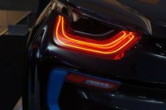 Nahaufnahme eines roten Rücklichtes auf einem modernen Auto stockfotografie