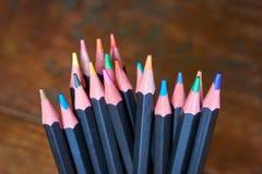 Nahaufnahme eines Satzes des Schwarzen färbte Bleistifte Stockfotografie