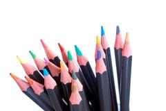 Nahaufnahme eines Satzes lokalisierter farbiger Bleistifte Lizenzfreie Stockfotos