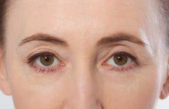 Nahaufnahme eines schönen Frauengesichtes Mitte alterte weibliches Gesichtsporträt mit gesunder Haut Makroaugen und Gesicht Stockbild