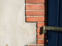 Nahaufnahme eines Scharniers in einer Tür, Dinan, Taubenschläge-D'Armor, Bretagne, F Lizenzfreies Stockbild