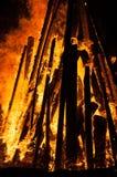 Nahaufnahme eines Scheiterhaufens, der auf dem Strand brennt Stockfoto