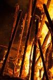 Nahaufnahme eines Scheiterhaufens, der auf dem Strand brennt Stockfotografie