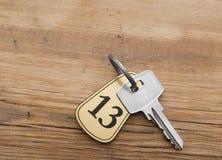 Nahaufnahme eines Schlüssels der Zimmernummer 13 Lizenzfreie Stockbilder