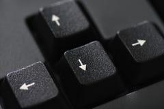 Nahaufnahme eines schwarzen Tastaturpfeilknopfes stockfotos