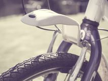 Nahaufnahme eines selektiven Fokus der vorderen Fahrradfelge Stockbild