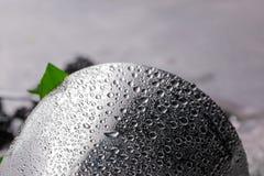 Nahaufnahme eines silbernen Schüttels-Apparat mit Wassertropfen auf einer metallischen Oberfläche, Blätter der frischen Minze auf lizenzfreie stockfotografie