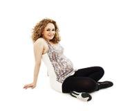 Nahaufnahme eines Sitzens der schwangeren Frau Stockbilder