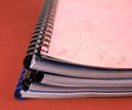 Nahaufnahme eines Stapels gewundener Notizbücher/Reports Stockfotos