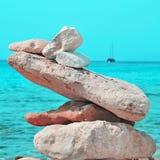 Stapel Steine auf einem Strand Stockbild