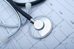 Nahaufnahme eines stetoscope und des ecg Stockbilder