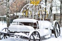 Nahaufnahme eines svabednaya Eisenwagens mit einer schönen hinteren Schneelandschaft lizenzfreie stockfotos