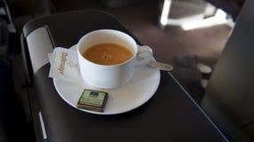 Nahaufnahme eines Tasse Kaffees an der Kaffeestube Stockbild