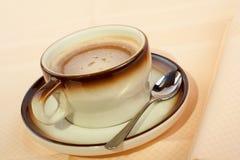 Nahaufnahme eines Tasse Kaffees mit dem Löffel Lizenzfreies Stockfoto