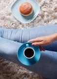 Nahaufnahme eines Tasse Kaffees und des Donuts Lizenzfreies Stockfoto