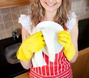 Nahaufnahme eines trocknenden Tellers der Frau Lizenzfreie Stockfotos