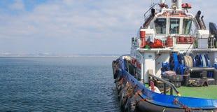 Nahaufnahme eines Versorgungsschiffes, das Fracht transportiert stockfotografie