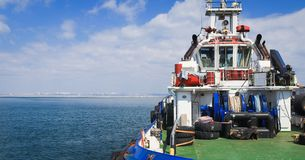 Nahaufnahme eines Versorgungsschiffes, das Fracht transportiert stockbild